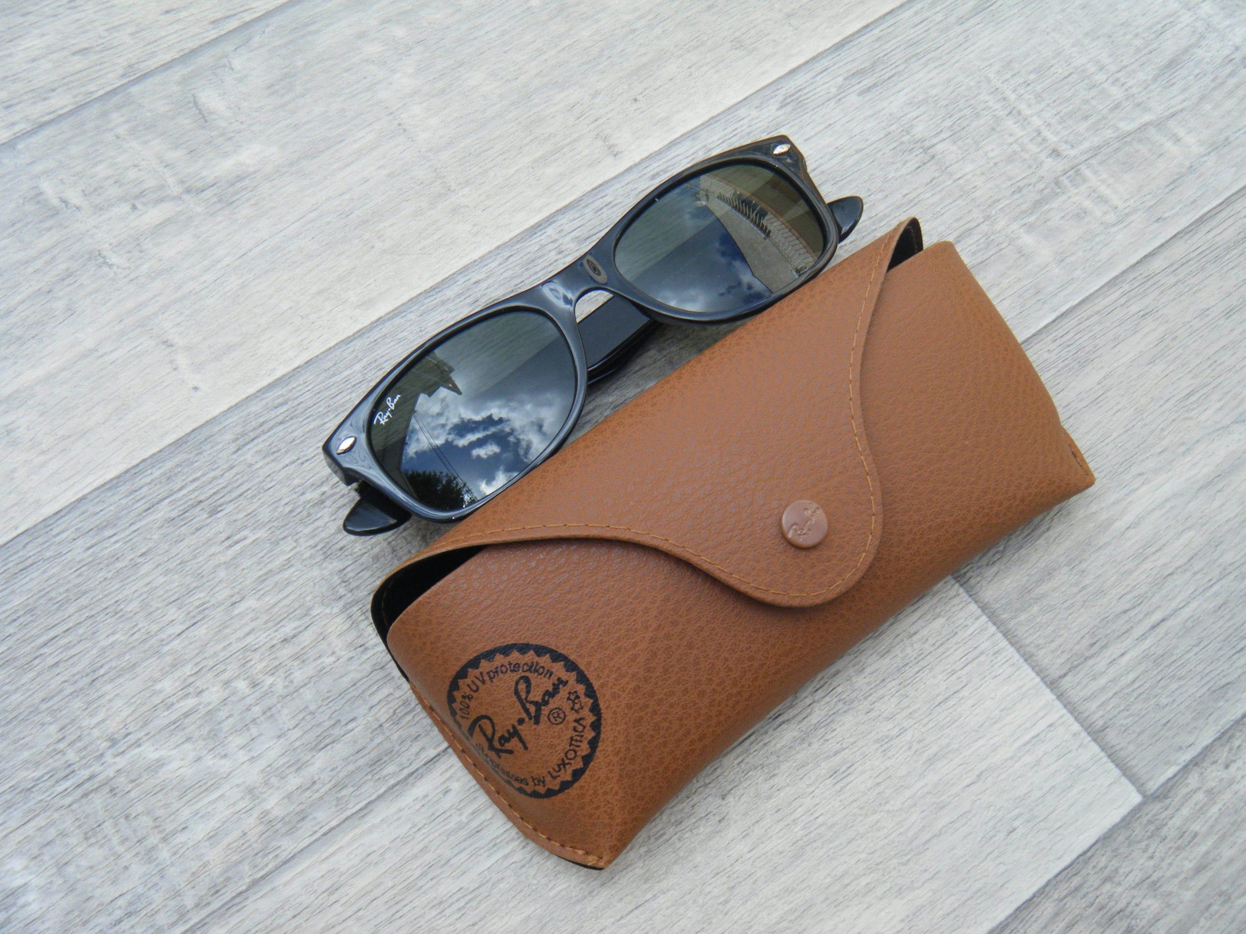 La New Wayfarer par Ray Ban est une déclinaison récente des lunettes de  soleil Ray-Ban cultes   les Wayfarer. Cet accessoire emblématique du XXe  siècle fut ... 1dd2e80722fe