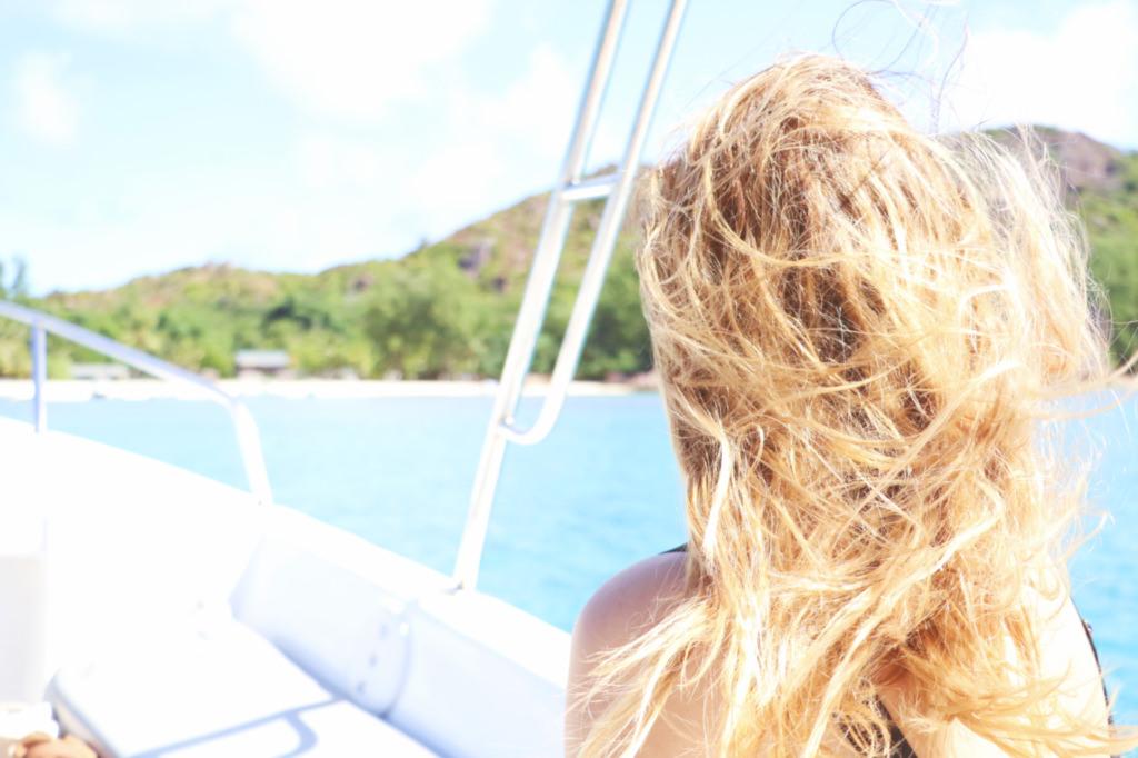 jolie-blonde-plage-bateau