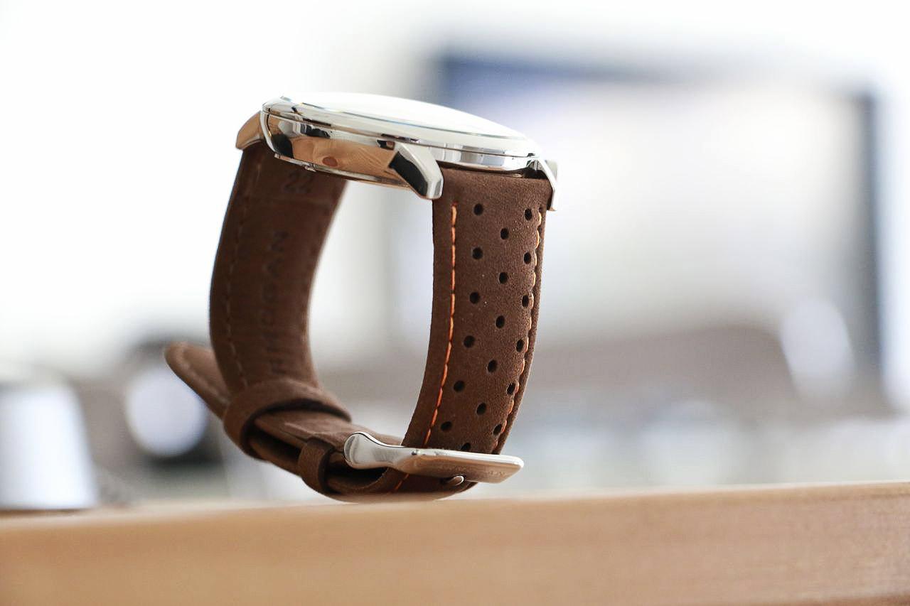 montre-bracelet-en-cuir-automobile